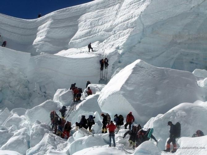 Эверест грозит пальцем. Обвал серака на ледопаде ледника Кхумбу. (Альпинизм, 2017 г.)