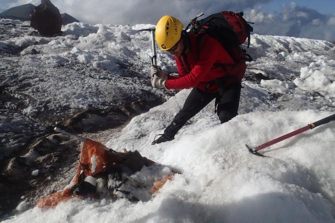 Нашли рюкзак, вмёрзший в ледник Карачаул. Как найти владельца? (Горный туризм)