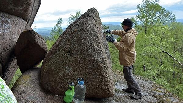 Очистка скал от вандальных надписей (Скалолазание, красноярские столбы, надписи на скалах, вандализм на скалах)