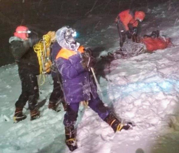 На Эльбрусе в пургу погибло пять альпинистов, спасено 14. Есть разные мнения, кто виноват (Альпинизм)